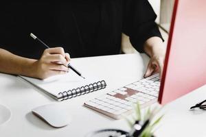trabajar desde casa Los empleados de la empresa utilizan su portátil y computadoras para trabajar desde casa para evitar que el virus corona se encuentre con personas ajenas. foto
