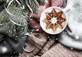 café con un patrón de copo de nieve en un cálido suéter de punto foto