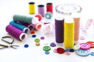 hilos de colores y accesorios de costura foto