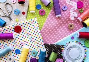 accesorios de costura y tela. vista superior, endecha plana. foto