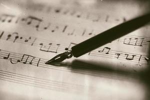 partitura musical antigua con pluma estilográfica foto