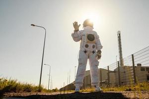 astronauta en el fondo de la ciudad futurista, vislumbrar el futuro foto
