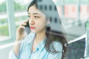 retrato, de, joven, mujer de negocios, hablar teléfono foto