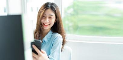 retrato, de, joven, mujer de negocios, utilizar, teléfono foto