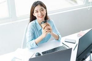 retrato, de, joven, mujer de negocios, tenencia, taza de café, en, mano foto