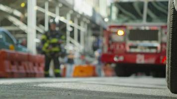 les équipes de pompiers répondent à un appel d'urgence dans un quartier de manhattan video