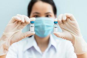 imagen de una enfermera sosteniendo una vacuna covid 19 foto