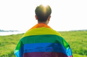 silueta abstracta de hombre gay en el hombro es bandera lgbt foto