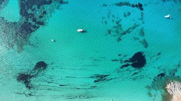 yachts dans la mer bleue video