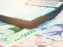 Corea del Sur ganó moneda de billetes de cerca macro con calculadora, dinero coreano foto