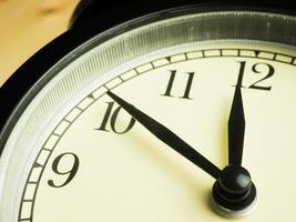 reloj despertador sobre fondo de madera foto