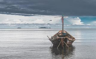 Barcos de madera de pesca con sol al aire libre. foto
