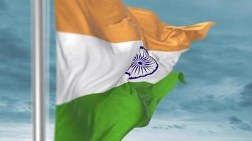 Agitant le drapeau de l'Inde avec un ciel bleu en arrière-plan video