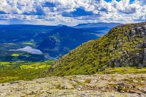 panorama del paisaje de montaña y el lago vangsmjose en vang noruega. foto
