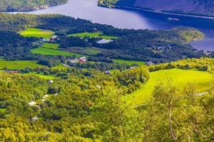 panorama de montaña con lago y cabañas rojas en vang noruega. foto
