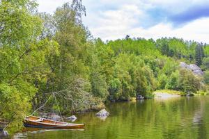 barcos y naturaleza solitaria junto al lago vangsmjose vang noruega. foto