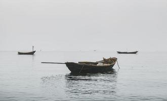 Barcos de pesca de madera en el mar. foto