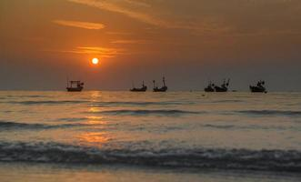 pequeños barcos de pescadores en el mar. foto
