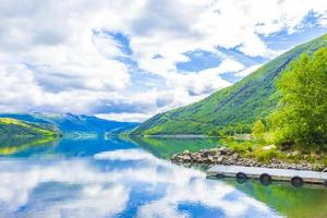 increíble paisaje noruego montañas de colores bosques de fiordos jotunheimen noruega. foto