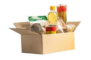 Caja de donación ayuda alimentaria para personas pobres en el mundo aislado sobre fondo blanco con trazado de recorte. foto
