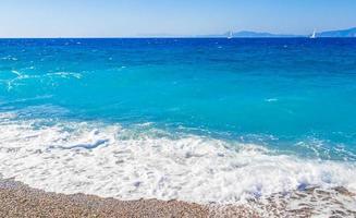 elli beach paisaje rodas grecia agua turquesa y vista de turquía. foto