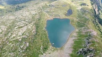 vue aérienne des montagnes et du lac seceda video