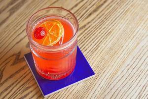 Cóctel de alcohol en la mesa del bar. foto