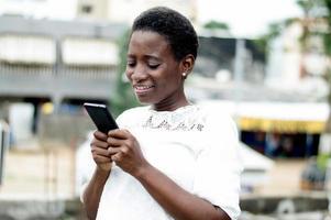 mujer joven escribe mensajes en su teléfono móvil. foto