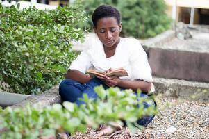 mujer joven leyendo tranquilamente. foto