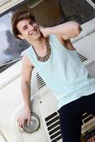 joven guapo con una vieja camioneta con sombrero para el sol foto