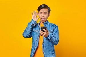 retrato, de, sorprendido, hombre, ver, mensaje entrante, en, smartphone foto