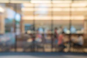 Gente borrosa abstracta en la comida y la cafetería para el fondo foto