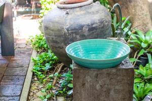 Lavado de manos lavabo decoración exterior del baño. foto