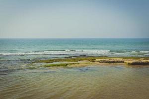 costa mediterránea en un día de verano foto