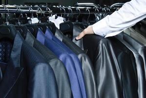 crudo de diferentes colores colgando chaquetas de hombre foto