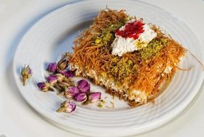 Plato de dulces árabes orientales baklava con rosa foto