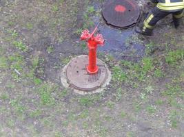 el trabajo de los bomberos para extinguir las bocas de incendio foto