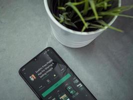 espacio de trabajo de oficina minimalista moderno con teléfono inteligente móvil negro con eyeem - página de la tienda de juegos para compartir y vender imágenes sobre un fondo de mármol foto