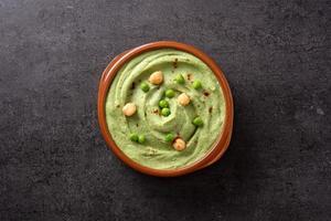 hummus de guisantes verdes y pan de pita foto