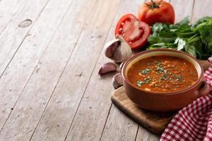 sopa de lentejas rojas en un tazón foto