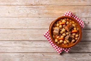 Garbanzos tradicionales españoles con carne y zanahoria en un tazón foto