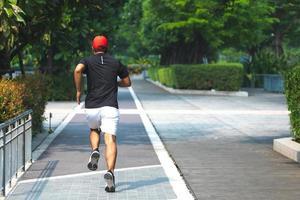 hombre corriendo en la ciudad urbana con espacio de copia. fitness, entrenamiento, deporte, concepto de estilo de vida. foto