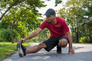 Joven corredor de fitness estiramiento antes de ejecutar conceptos de deporte y estilo de vida saludables foto