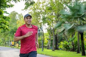 corredor saludable para correr al aire libre. fitness y deporte concepto de estilo de vida saludable. foto