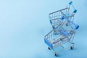 carros de la compra, fondo azul, con, espacio de copia foto