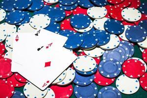 tres ases, tarjeta, blanco, azul, rojo, fichas de casino foto