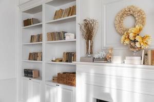 Diseño de interiores de sala de estar con estantería. foto