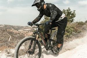 hombre montando bicicleta de montaña al aire libre foto