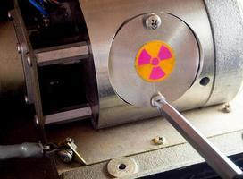 Abra la tapa del contenedor radiactivo en la parte de la maquinaria. foto