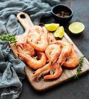 Shrimps served with lemon photo